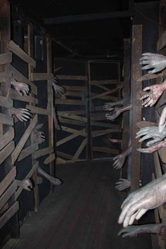 Haunted house ideas diy haunted house decorations do it yourself worlds insanest scary haunted house ideas . Halloween Zombie, Halloween Labyrinth, Humour Halloween, Modern Halloween, Outdoor Halloween, Halloween Party Decor, Halloween 2019, Diy Halloween Maze, Halloween Parties