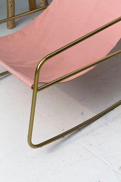 Met schommelstoel Jodie ben je in één klap klaar voor het voorjaar! Schommel de lente in met deze stoel in je achtertuin of woonkamer, hij is nu in de aanbieding én online verkrijgbaar. Check de link in bio!  #rockingchair #wonen #styling #loods5 #pink #pinkchair #interior #wooninspiratie #inspiration