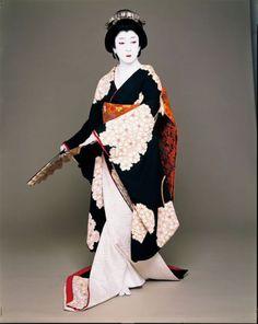 Le Japon à Paris | Stiletto.fr - magazine de mode Japanese Artwork, Japanese Prints, Japanese Kimono, Costumes Japan, Kabuki Costume, Japan Design, Traditional Fashion, Japan Art, Japanese Beauty