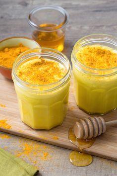 Golden milk: una vera delizia a base di curcuma, latte vegetale e miele. Sana e nutriente, possiede numerose virtù che fanno bene al nostro corpo. Cosa aspetti a provarla? [Turmeric golden milk]