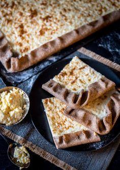 Täysi pelti karjalanpiirakkaa - Perinneruokaa prkl Dairy Free Recipes, Baking Recipes, Snack Recipes, Dessert Recipes, Baking Ideas, Savory Pastry, Savoury Baking, Finnish Recipes, Tasty