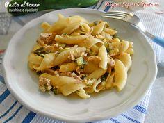 La pasta al tonno con zucchine e cipollotti è un primo piatto molto veloce e saporito. potrete usare tonno al naturale per un piatto più leggero.