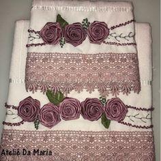 flor de fita de cetim Silk Ribbon Embroidery, Embroidery Patterns, Satin Ribbon Roses, Victorian Pattern, Rainbow Ribbon, Lazy Daisy Stitch, Diy Cushion, Ribbon Work, Needlework