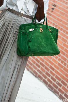 """Que ela é uma das bolsas mais desejadas no mundo não é novidade alguma, mas que tal saber um pouquinho mais sobre a 'Birkin Bag', da Hermès? A sua história eu já contei aqui, em um post bem antigo (""""Jane Birkin e a Birkin Bag"""") mas que até hoje faz sucesso entre as leitoras do …"""