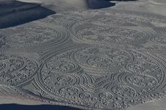 Британский художник Саймон Бек, выпускник Оксфорда и инженер по специальности, создает удивительные рисунки на снегу. По словам художника, на создание одного геометрического узора у него уходит около 12 часов. Чтобы он получился пропорциональным, он использует компас. Размер одного изображения достигает величины футбольного поля, а то и трех или шести полей. Если смотреть на них с высоты птичьего полета, рисунки приобретают 3-D эффект.