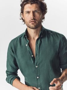 Summer green linen button up shirt with rolled up sleeces. Good summer look. Smart Casual Men, Stylish Men, Formal Shirts For Men, Look Man, Herren Outfit, J Crew Men, Casual Summer Outfits, Slim Fit, Men Dress