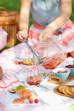 How to Throw a Picnic Party: Recipe for Pineapple, Pear White Wine Sangria!