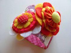 Bracelete de tecido, confeccionado em patchwork com aplicação de flor de feltro, fuxicos e botões.  tamanho: 22 cm    fecho em botão de pressão em 16, 18cm e 20cm  largura 4,5cm