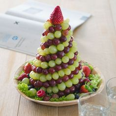 Wonderful and delicious Homemade Christmas Tree Food Inspirations Tips - Note Tutorial and Ideas Fruit Christmas Tree, Homemade Christmas Tree, Christmas Party Food, Xmas Food, Christmas Appetizers, Christmas Desserts, Party Appetizers, Christmas Foods, Christmas Cooking