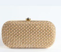 Clutch de perlas y cristales Disponible en colores: plata y nude 129€