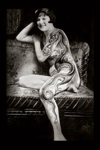 Hergestellt von Stella Luo Tätowierern in Toronto, Kanada - rose tattoos Vintage Tattoo Art, Toronto, Et Tattoo, Rosen Tattoos, Tattoo Addiction, Tattoo People, Traditional Tattoo, Body Art Tattoos, Lady