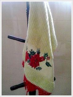 Toalha de lavabo com aplicativo de tecido ...por Luci Mendonça e barrado de crochê...por Zenir Mendonça.