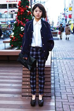 street style by drop tokyo. Checked trousers and navy sweater. Asian Street Style, Tokyo Street Style, Japanese Street Fashion, Tokyo Fashion, Korea Fashion, Harajuku Fashion, Asian Style, Harajuku Style, Japanese Streets