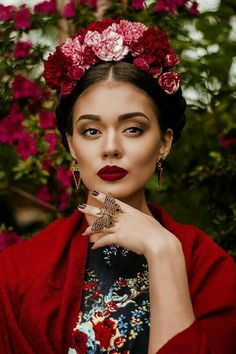 Frida Kahlo flowers in braids makeup dark maroon lips. The idea for a photo shoot. Advertising for make-up, editorial Photography Women, Fashion Photography, Photography Flowers, Editorial Photography, Portrait Photography, Maroon Lips, Photo Portrait, Mexican Dresses, Mexican Style