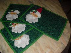 Xmas placemats. Santa's hat is the napkin. Individuales navideños. El gorrito es una servilleta.