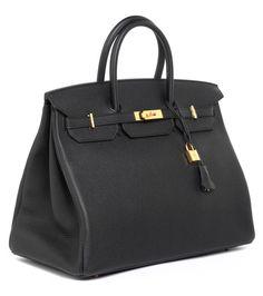 Ca. 30 x 40 x 21 cm. 2014. Elegante, große, schwarze Lederhandtasche mit goldfarbenen Beschlägen. Lederinnenraum mit einem Reißverschluss- und einem...
