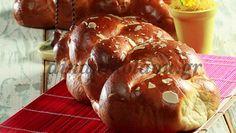 30΄ 45΄ Για 1 τσουρέκι συνολικά 3 ώρες  Αυτό το αφράτο τσουρέκι γίνεται εξαιρετικά αρωματικό με το μαχλέπι και τη μαστίχα. Για να φουσκώσει καλά η ζύμη την αφήνουμε σε ένα ζεστό μέρος και τη… Greek Desserts, Greek Recipes, Easter Recipes, Holiday Recipes, Red Velvet, Special Occasion, Muffin, Bread, Baking