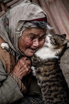 worldbezz: 9 lovely pictures old women with cats Crazy Cat Lady, Crazy Cats, I Love Cats, Cute Cats, Animals And Pets, Cute Animals, Animals Images, Old Faces, Tier Fotos