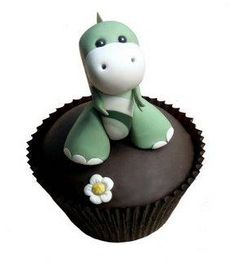 How totally cute is this little green dinosaur cupcake. #dinosaurcupcake #dinosaurpartyfood #partyfood #cupcakes