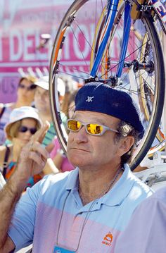 Robin Williams gestures prior to the start of the 12th stage of the Tour de France cycling race between Lannemezan and Plateau de Beille, southwestern France, Friday July 19, 2002. (AP Photo/Peter Dejong)