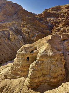 Las cuevas de los manuscritos  Estas cavidades se encuentran en unos riscos sobre el lecho del wadi Qumrán, un cauce seco de torrentera al pie del antiguo asentamiento.