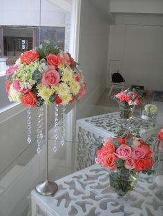 Espectaculares centros de mesa en una bella paleta de colores : coral, rosado, gris y blanco. Flores seleccionadas : rosas, hortensias, follaje grisáceo.