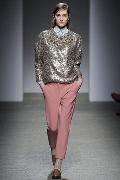 LE FASHION BLOG RUNWAY MILAN FASHION WEEK MFW FW FALL WINTER 2013 NO 21 ALESSANDRO DELL ACQUA SEQUIN GOLD EMBELLISHED SWEATER LIGHT BLUE BABY BLUE BUTTON UP SHIRT PINK TROUSERS PANTS EMBELLISHED SOCKS LOAFERS MASCULINE FEMININE TOUCHES 2