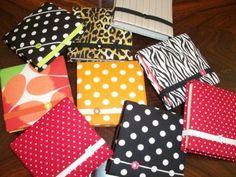 Saiba como personalizar bloquinhos de recados artesanais, com o uso de tecido, papel de scrap e miçangas, de forma simples e bem especial.