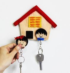 DIY Felt Home Key Holder. If you are interested in sewing projects. You can pay attention to this DIY felt key holder. It is simple but with a tremendous effect to the décor. Get more directions Felt Diy, Felt Crafts, Easy Crafts, Diy And Crafts, Arts And Crafts, Car Key Holder, Key Holders, Sewing Projects, Diy Projects