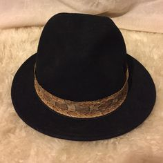 """H&M felt hat H&M felt hat black, says medium, I wear a small/xs and it fits me. Real snake skin hat belt can be removed and add a different belt. Brim is 1.5"""". See photos! H&M Accessories Hats"""