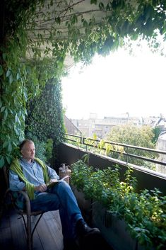 Dutch artist Wouter Dolk in his fantastic overgrown balcony garden. Apartment Balcony Garden, Small Balcony Garden, Balcony Plants, Outdoor Balcony, Small Space Gardening, Terrace Garden, Small Gardens, Terrace Design, Yard Design