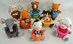 De 8 kleine varianten diermandjes die in het boek zullen komen, gehaakt met naald 2,5. Haakpret Crochet Cup Cozy, Crochet Bowl, Easter Crochet, Crochet Potholders, Finger Puppets, Amigurumi Toys, Candy Jars, Free Pattern, Crochet Necklace