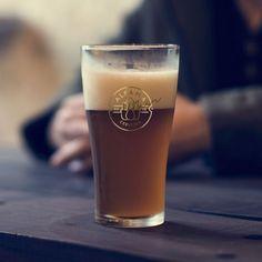 Seguimos con más aplicaciones de marca. ¿A quién le apetece una cerveza fresquita? visita Cerveses Alfama 🍻 #diseñografico #logotipo #logo #ImagenCorporativa