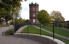 Koffin puiston symboli on punatiilinen torni. Nykyisin torni on leikkipuisto Haukan käytössä [Helsingin kaupungin aineistopankki]