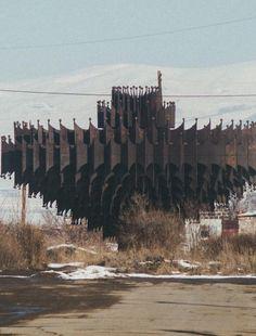 Soviet monument in Armenia : evilbuildings Monumental Architecture, Vintage Architecture, Architecture Drawings, Futuristic Architecture, Interior Architecture, Brutalist Buildings, Brutalist Design, Building Structure, Building Design