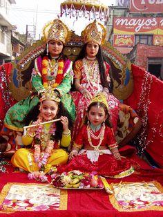 Meninas hinduístas nepalesas vestidas com roupas típicas durante celebração religiosa. As meninas mais ao alto estão representando os deuses Vixnu e Lakshmi e as duas mais abaixo os deuses Krishna e Radha. // Messe ◆Nepal – Wikipédia http://pt.wikipedia.org/wiki/Nepal #Nepal