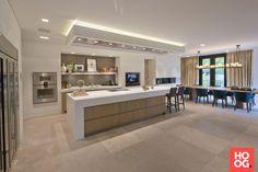 Van Boven - Luxe keukens op maat Modern Kitchen Cabinets, Kitchen Dinning, Kitchen Cabinet Design, Luxury Kitchens, Home Kitchens, Plafond Design, Contemporary Kitchen Design, Apartment Design, Kitchen Remodel