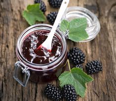 How to Make and Can Homemade Blackberry Mint Jelly Mint Jelly, Jam And Jelly, Blackberry Jelly Recipe, Blackberry Bramble, Blackberry Recipes, Corn Cob Jelly, Dessert Thermomix, Zucchini Relish, Apple Chutney