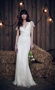 Bajo el nombre de 'Barn Dance', Jenny Packham ha presentado su colección nupcial 2017 en la Nueva York Bridal Fashion Week inspirada en el Medio Oeste, con una mezcla entre lo bohemio y lo romántico. Tules, brillos y gasas son los protagonistas de la última colección para novia de una de las diseñadoras favoritas de Kate Middleton.