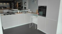 Modu keuken in showroom kvik wateringen. Licht grijs push open