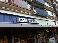 De fietsenwinkel Banierhuis heeft een redelijk oud reclamebord aan de voorkant hangen, maar daarnaast staan er diverse fietsen buiten. Deze combinatie wekt de illusie van een fietsenwinkel. De gevelreclame is niet het sterkste maar doet wel zijn werk. Prima.