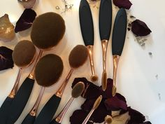Oval brushes make-up brushes The idea of oval brushes was launched by Artis…