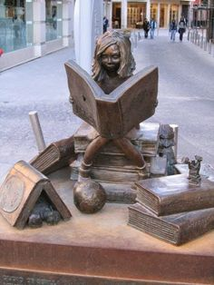 Čitateľka v Seville. Sculpture Metal, Book Sculpture, Reading Art, Girl Reading, Statue En Bronze, Cultural, Art Mural, I Love Books, Monuments