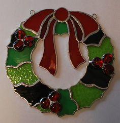 Este colgante de pared suncatcher vidrieras Navidad guirnalda se acaba en una técnica de hoja de cobre de estilo Tiffany y es aprox. 8 X 8