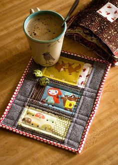 Owl mug rug. Quilting Projects, Sewing Projects, Craft Projects, Craft Ideas, Fabric Crafts, Sewing Crafts, Diy Crafts, Christmas Mug Rugs, Christmas Crafts