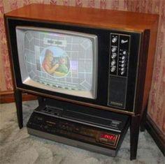 marconi-tv  Una como esta llego a mi casa aproximadamente en el año 1965 En España solo había un canal en blanco y negro y se sintonizaba con una rueda en la parte posterior de la tele