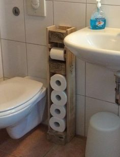 Toilet roll holder with spare rolls Instructions for building .- Klorollenhalter mit Reserverollen Bauanleitung zum selber bauen Toilet roll holder with spare rolls building instructions to build yourself - Diy Pallet Furniture, Diy Pallet Projects, Rustic Furniture, Wood Projects, Pallet Ideas, Wooden Pallets, Wooden Diy, Toilet Roll Holder, Bathroom Storage