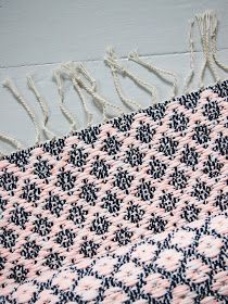 Lystikäs koti: Ruusu(kkaa)n aika Weaving Textiles, Weaving Patterns, Loom Weaving, Hand Weaving, Home Carpet, Rug Inspiration, Rug Texture, Purple Home, Tear