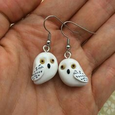 Polymer Clay Hedwig Earrings Harry Potter by PasticheAccessories Polymer Clay Owl, Polymer Clay Animals, Polymer Clay Projects, Polymer Clay Creations, Polymer Clay Earrings, Clay Crafts, Bijoux Harry Potter, Harry Potter Owl, Mains Couple