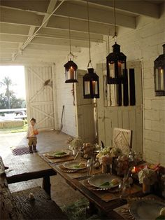 the hanging lanterns at varying lengths over a dining room table Porches, Barn Parties, Dinner Parties, Barn Living, Old Barns, Interior Barn Doors, The Ranch, Outdoor Living, Table Settings
